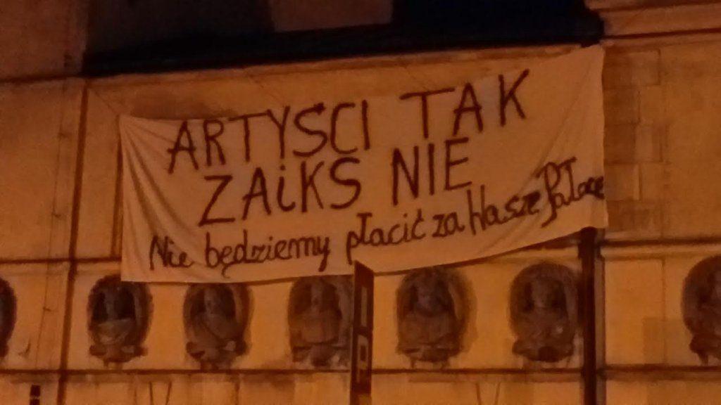 fot. Dziennik Internautów http://di.com.pl/na-budynku-zaiks-ktos-powiesil-napis-artysci-tak-zaiks-nie-52081